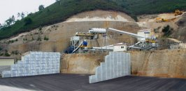 Vista de la planta de producción de silice de Cantera Solis y plaza de acopio con los parapetos laterales